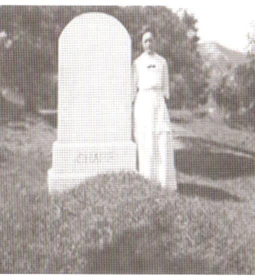 11. 남편 샤프 선교사 무덤 앞에서.jpeg