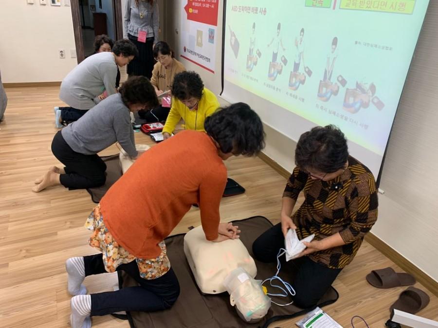 응급처치를 진행하는 중급반 참여자들.jpg