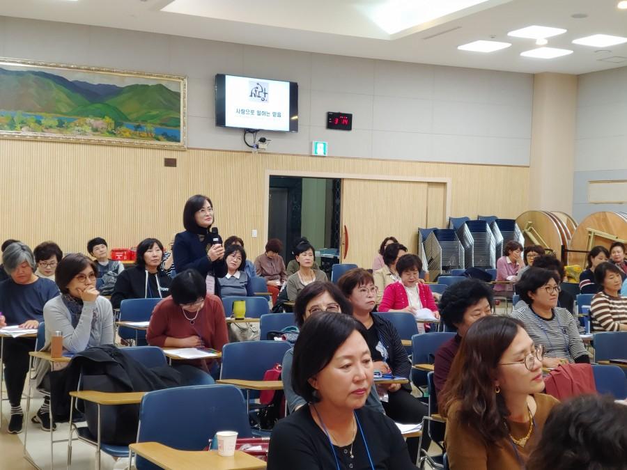 초기 감리회 여성사역자 강의시간에 나눔을 하는 기본반 참여자.jpg